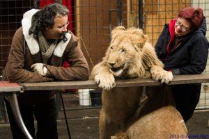 Löwe Kenan mit seinen Paten Claudia Wunderlich und Adel Ben Fredj-Wunderlich